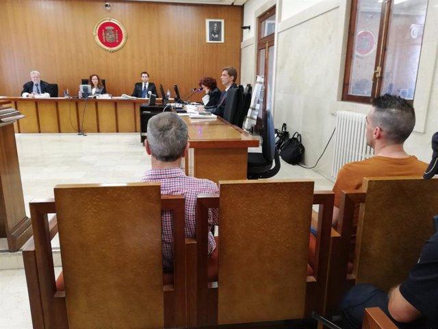 El padre y el hijo acusados de intentar matar a un policía, en el juicio en la Audiencia Provincial.