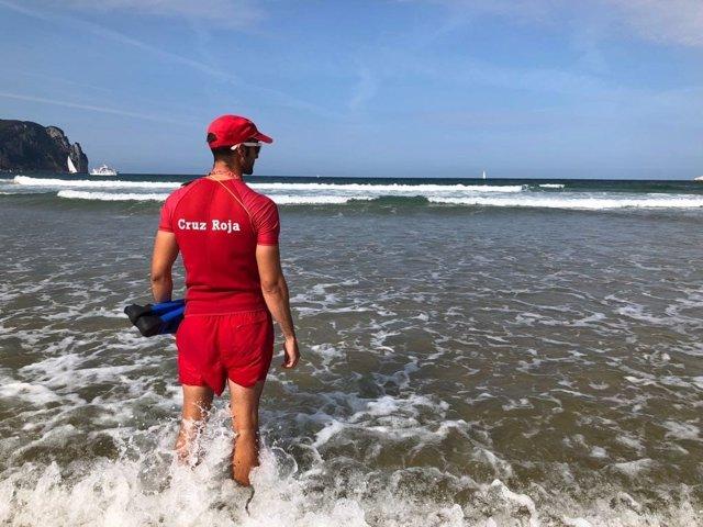 Un socorrista de Cruz Roja, en la playa