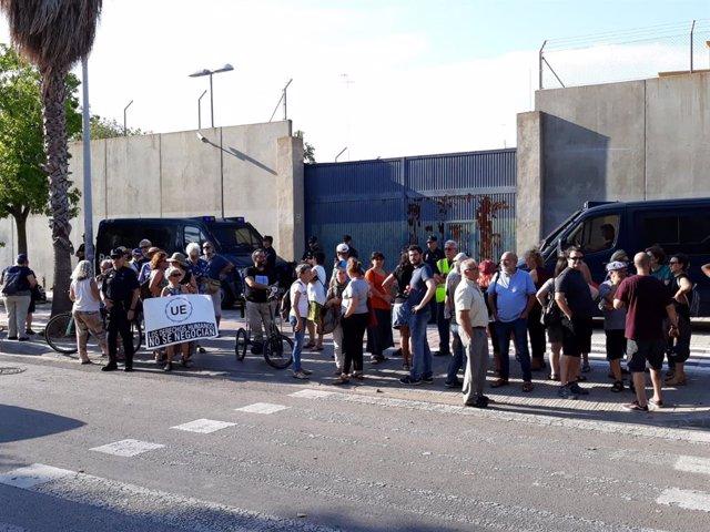 Activistas y políticos se concentran en protesta por la muerte de un interno que se suicidó en el CIE dE  València