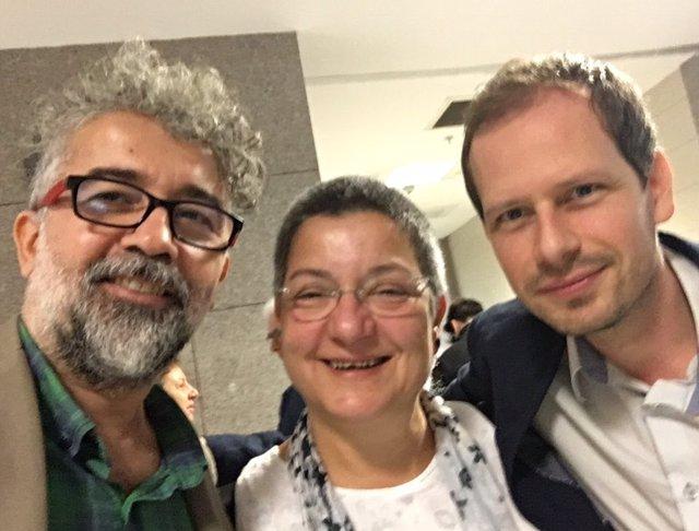 El representante de RSF en Turquía, Erol Onderoglu, y los dos activistas de DDHH procesados por supuesta propaganda terrorista que han sido absueltos el 17 de julio por un tribunal de Estambul