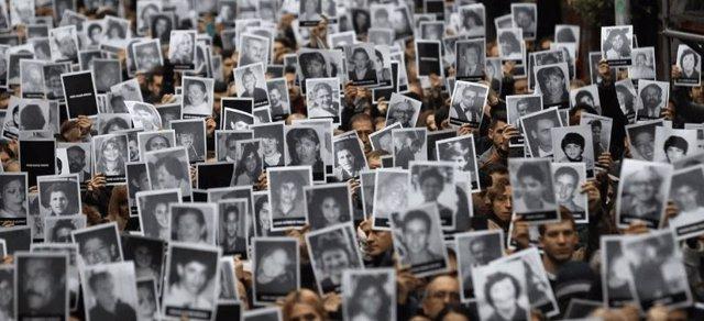 Manifestantes reclamando justicia para las víctimas del ataque de la AMIA de 1994
