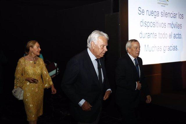 El expresidente del Gobierno español Felipe González y el exministro Carlos Solchaga llegan al acto del XX Aniversario de la Fundación Euroamérica en Casa América.