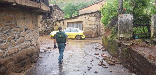 Un guardia civil en la zona afectada por las tormentas en Monterrei (Ourense).