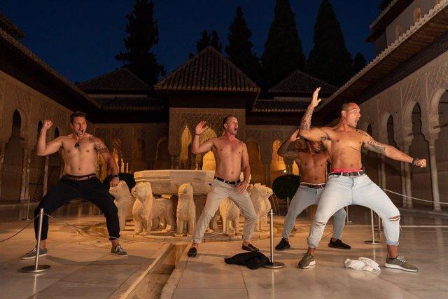 Jugadores neozelandeses interpretan la 'haka' en el Patio de los Leones de la Alhambra