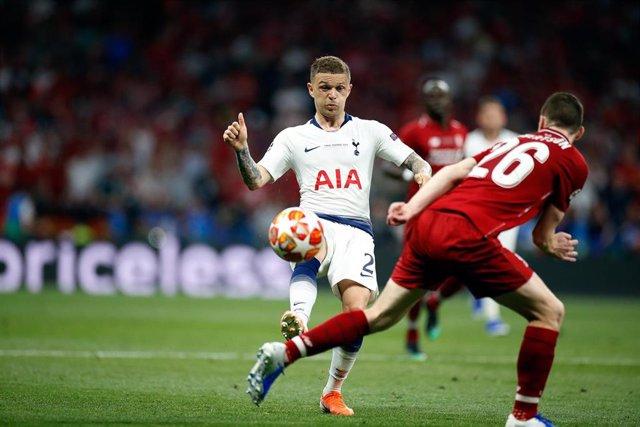 Kieran Trippier disputa un balón con Andy Robertson durante la final de la Liga de Campeones entre el Liverpool y el Tottenham en el Wanda Metropolitano