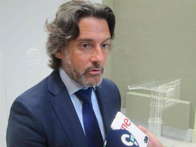 El presidente del Parlamento, Gustavo Matos, atiende a los periodistas