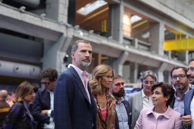 El Rey Felipe VI y la presidenta de COTEC, Cristina Garmendia, durante la inauguración en La Nave de Madrid del festival de innovación #Imperdible_04 dedicado a los Objetivos de Desarrollo Sostenible (ODS) y el cuidado del planeta.