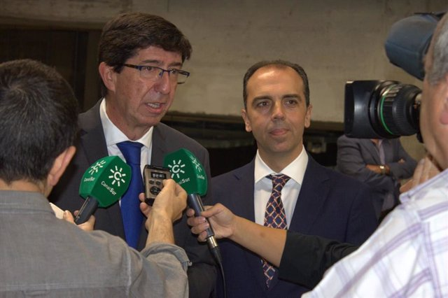 Juan Marín (Cs) responde a las preguntas de los medios de comunicación.
