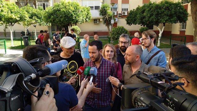 El portavoz adjunto de Adelante Sevilla, Daniel González Rojas, durante una atención a medios