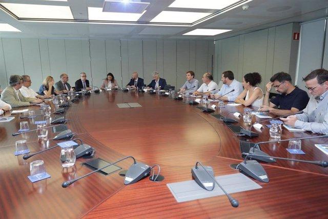 Los responsables portuarios y los miembros de la Comisión de Territorio del Parlament, reunidos este miércoles en el Puerto de Barcelona