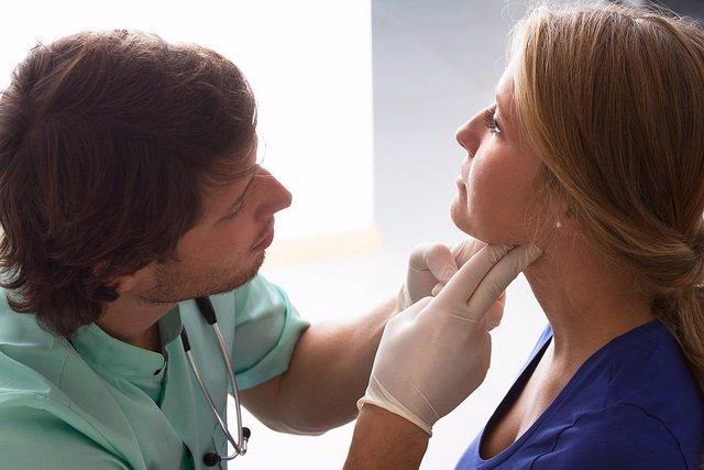 Mujer, médico, consulta, tiroides, garganta, ganglios