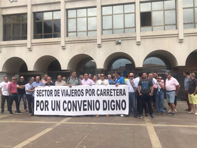 Sindicatos de transporte de viajeros por carretera se concentran en la plaza de las Estaciones de Santander