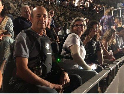 Discapacitados auditivos prueban las mochilas vibratorias del servicio de accesibilidad sensorial del Festival de Mérida