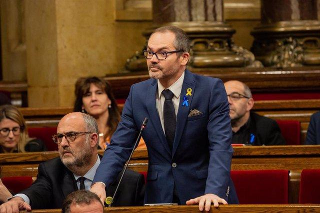 El diputado de Junts per Catalunya, Josep Costa, durante su intervención desde su esxcaño en el pleno del Parlament.