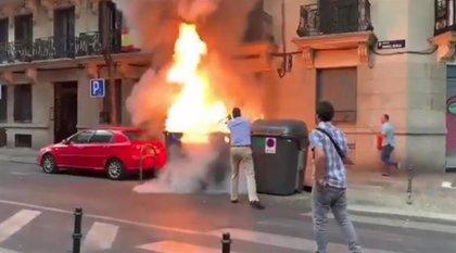 Vox denuncia la quema de contenedores junto a su sede en un vídeo en el   que Ortega Smith actúa para apagar las llamas