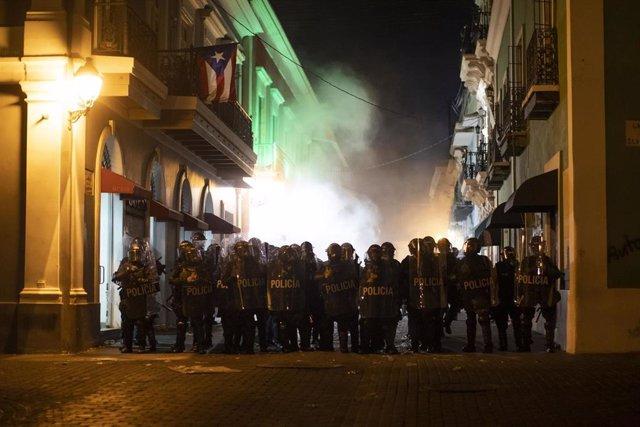 Policía de Puerto Rico durante una manifestación para exigir la dimisión del gobernador.