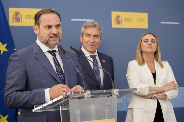 Posada en servei de la variant Beas-Trigueros en la N-345. El ministre de Foment en funcions , José Luis Ábalos (i) , acompanyat pel delegat del Govern d'Andalusia , Lucreci Fernández (2d) , i la consellera de Foment , Marifran Carazo (1d) ,