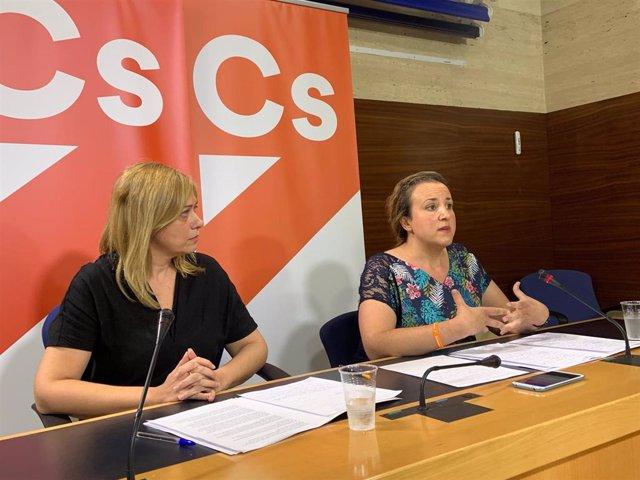La portavoz de Cs, Carmen Picazo, y la diputada de Cs, María Ángeles Rosado, en rueda de prensa.