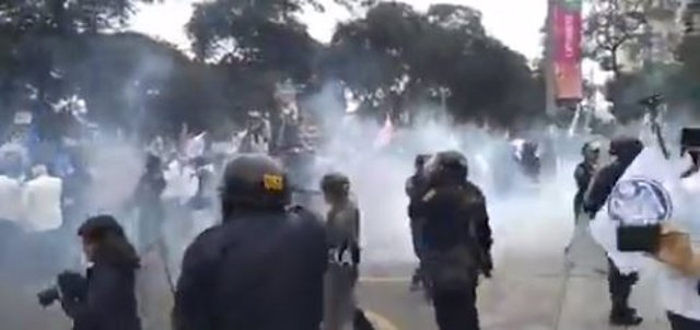 Huelga de médicos reprimida con gas.