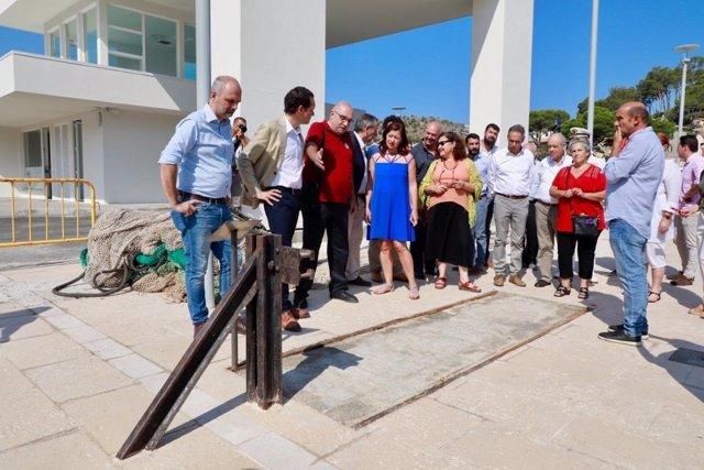 Francina Armengol, en el centro del grupo, ha entregado este jueves las llaves de la nueva lonja de pescadores del Port de Sóller.