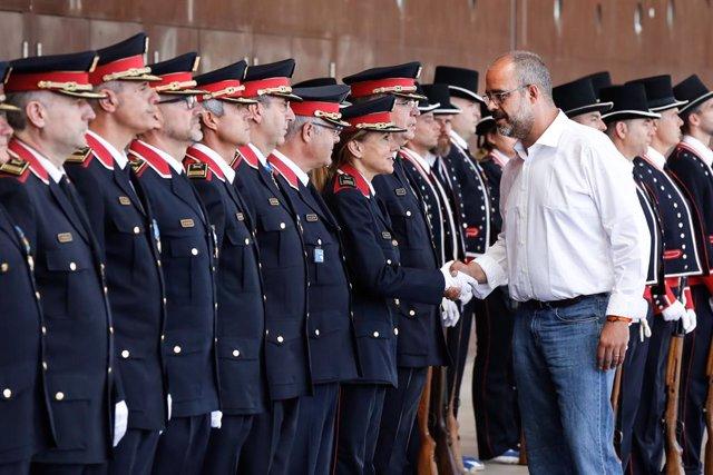 El conseller d'Interior de la Generalitat de Catalunya, Miquel Buch, saluda alguns dels agents de Mossos d'Esquadra guardonats en l'acte central del Dia dels Esquadres a Barcelona en el qual es reconeix la professionalitat del cos de Mossos.