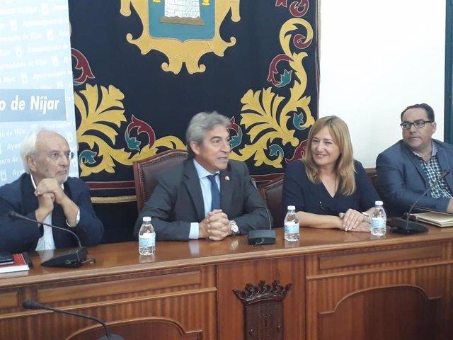 El delegado de Gobierno en Andalucía, Lucrecio Fernández, junto a la alcaldesa de Níjar, Esperanza Pérez