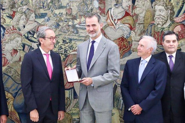 El rey Felipe VI recibiendo la Medalla de Oro de la SEC