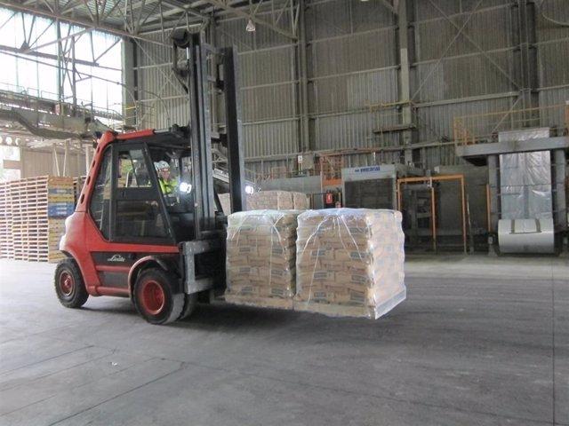 Un trabajador de la factoría de Cosmos en Córdoba transporta sacos de cemento, en una imagen de archivo.