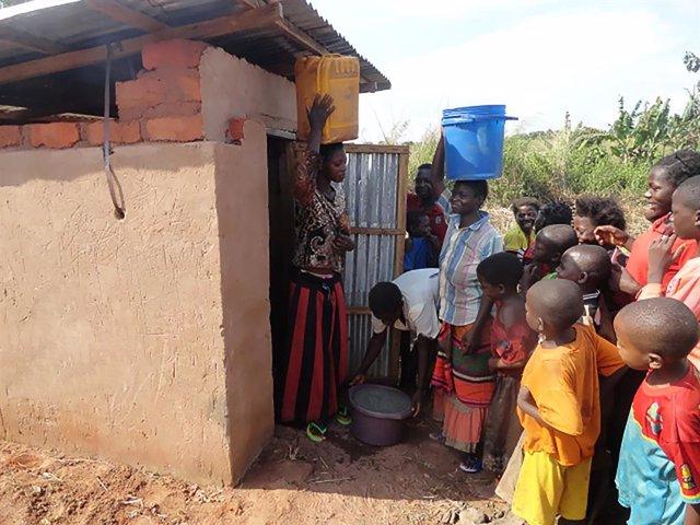 La marca de agua AUARA y el grupo Larrumba construyen dos pozos de agua potable para 5.000 personas en El Congo