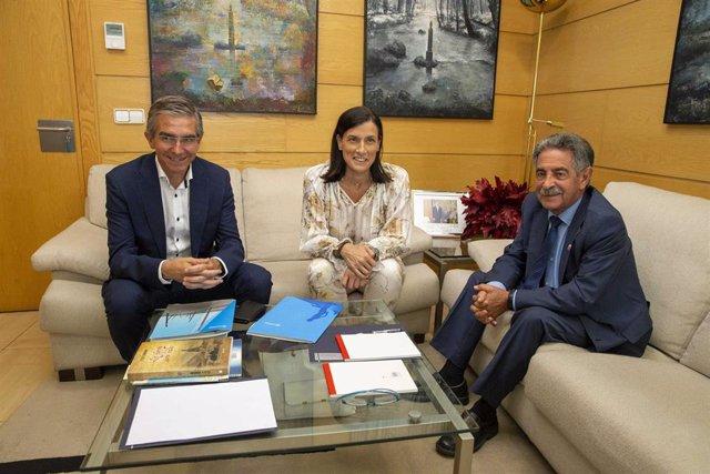 El presidente de Cantabria, Miguel Ángel Revilla, se reúne con la alcaldesa de Santander, Gema Igual, que ha acudido al encuentro acompañada del concejal de Fomento, César Díaz