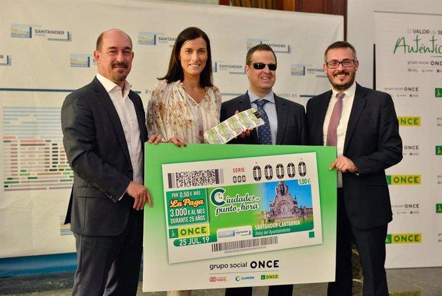 Presentación cupón ONCE con el reloj del Ayuntamiento de Santander del sorteo del 25 de julio