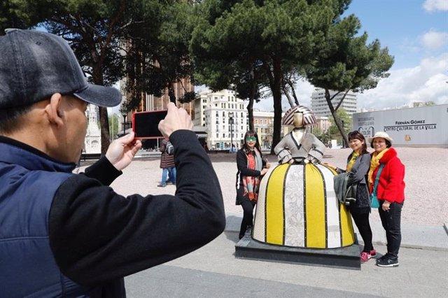 Imagen de archivo de turistas en Madrid.
