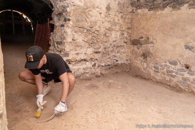 Joven voluntario en el Anfiteatro Romano de Cartagena