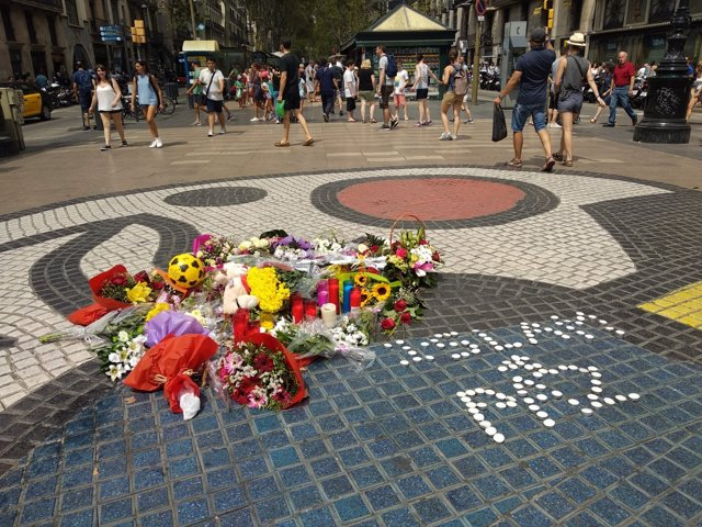 Objetos en La Rambla por el aniversario del atentado