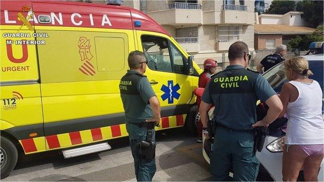 Asistencia a un rescatado con síntomas de ahogamiento en Torrevieja