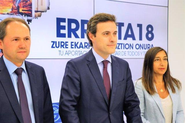 Los responsables de Hacienda de Gipuzkoa Jokin Perona, Jabier Larrañaga y Yolanda Domínguez
