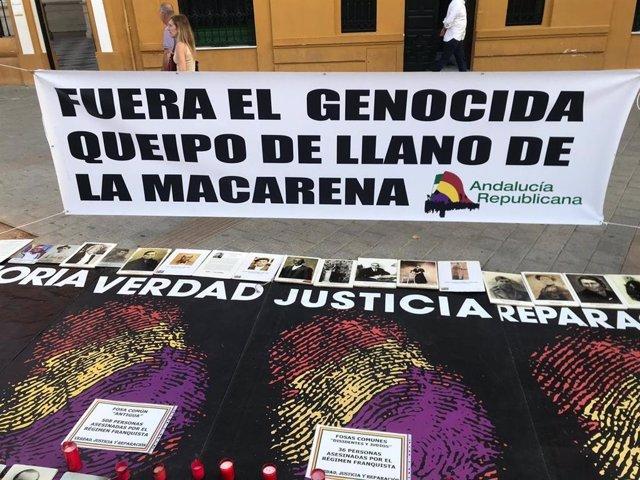 Cartel colocado frente a la Basílica de la Macarena durante la vigilia para pedir la salida de los restos de Queipo de Llano