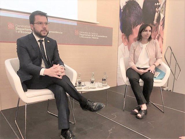 El vicepresident de la Generalitat, Pere Aragonès, i la directora general d'anàlisi econòmica, Marta Adobo, aquest dijous