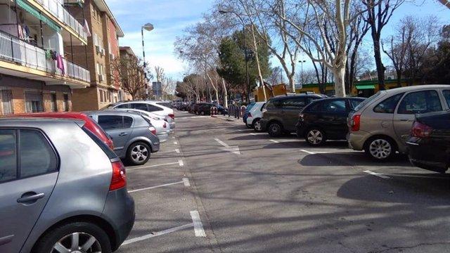 Coches aparcados en una vía de un solo sentido en Getafe