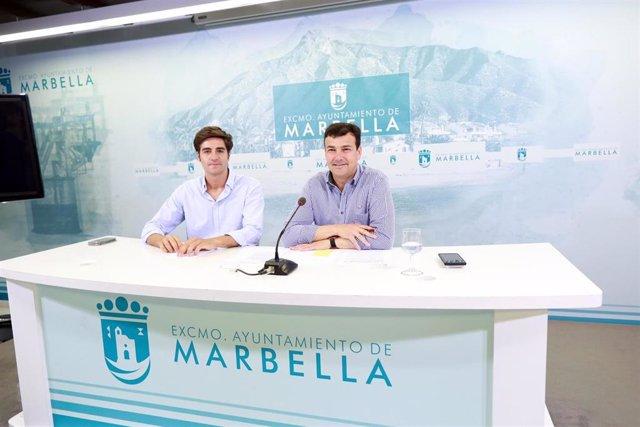 Cristóbal Garre, concejal de Empleo de Marbella (d) y el  asesor de la delegación, Alejandro Freijo (i)