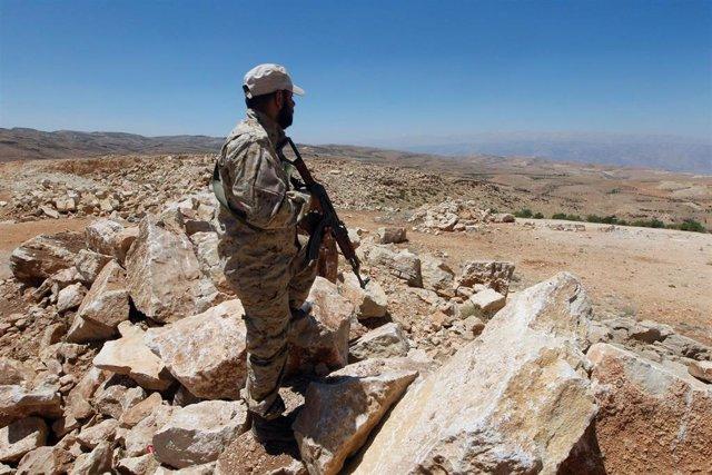 Miliciano de Hezbolá en la frontera con Siria