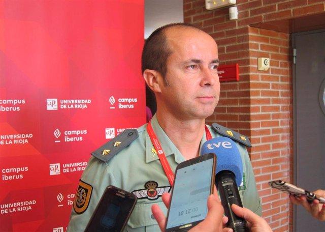 El jefe del Grupo de Acción Rápida (GAR) de la Guardia Civil, Jesús Gayoso Rey, atiende a los medios de comunicación