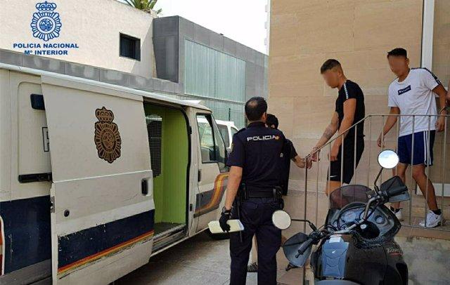 La Policía Nacional Detiene A 5 Turistas De Origen Alemán Por Un Delito De Robo Con Violencia Y Otro De Lesiones