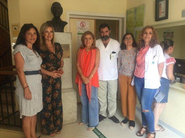 Botella (centro) visita el centro de salud de Bujalance