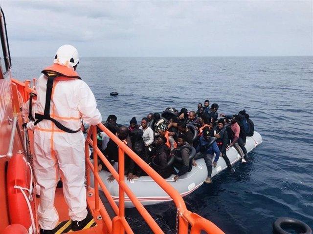 Rescate de una patera por Salvamento Marítimo en una imagen de archivo