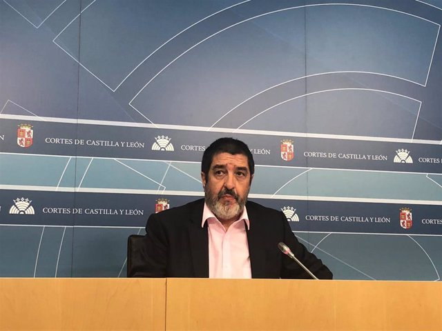 Manuel Mitadiel durante una rueda de prensa en las Cortes.