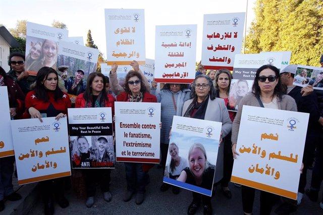 Protesta en frente de la embajada de Dinamarca, en Rabat, Marruecos, por la muerte de las dos turistas