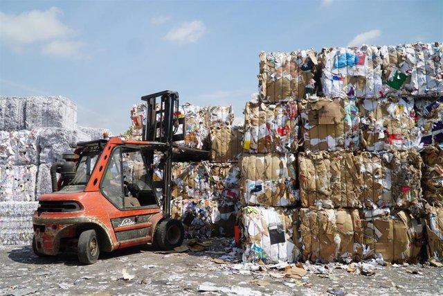 Toneladas de residuos de papel y cartón