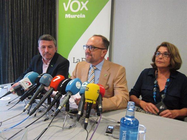 El secretario general del grupo de VOX en la Asamblea Regional y negociador del partido, Luis Gestoso, en la rueda de prensa