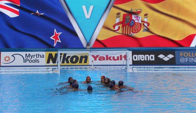La sleección española masculina de waterpolo antes del partido ante Nueva Zelanda en el Mundial de Gwangju